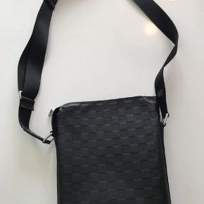 """Sælger denne """"bæltetaske"""" for min far da han har købt en anden.  Den er kun prøvet på og har derfor ingen former for ridser eller andre skader.  Nypris: 9950kr  Alt til tasken haves.  Kom med bud!"""