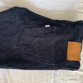 Enormt fede Levi's bukser i fløjlsstof i str. 32/32. Er desværre blevet købt som for små, og gået med 2-3 gange.   Fitter slim  Tjek mine andre annoncer ud for et bredt udvalg af herre/kvinde tøj :-)