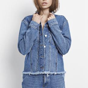 Envii denim jakke med rygmærke. Brugt omkring 6-7 gange men ingen huller, pletter eller slid. Kun en lille plet ved selve Envii mærket i nakken som næsten ikke ses.