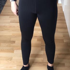 Sælger mine Nike Pro lange løbetights, de er godt brugt og har et lille vil på det ene ben, som kan ses på billedet. Ny pris var ca 300kr