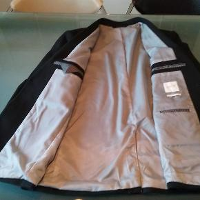 Perfekt til jul og nytår ! Flot og gennemført sort blazer. I lidt grovere vævest stof, derfor også perfekt til fx jeans 🍀 Prøvet på få timer  Købt i forkert størrelse  Blazer Farve: Sort Oprindelig købspris: 1000 kr.