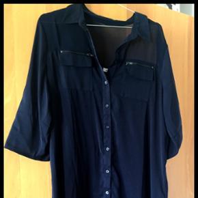 Mørkeblå skjortekjole fra ONLY 👕 Lidt gennemsigtigt i stoffet 🧵 I god stand ✨ Størrelse: 40 📏  Original pris: ca. 250 kr. 💰 Nu: 100 kr. 👌🏻 . #karolinesklædeskab