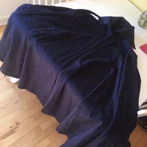 Flot mørkeblå kappe  Ren uld Lille lynlås øverst og lange snore der kan bindes Virkelig flot og god til efteråret og starten af foråret   Overgangsjakke, overgangsfrakke, kappe
