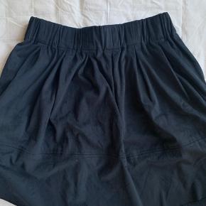 Fin nederdel i mørkeblå   Skriv for billeder eller flere informationer