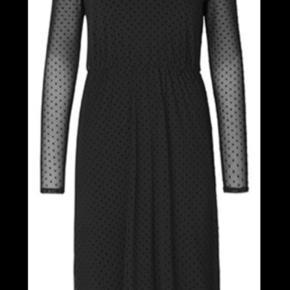 Super smuk kjole. Modellen hedder VIOLETTA. Stoffet er med polkaprikker, på ærmerne gennemsigtige. Elastik i taljen. V-hals. Brugt 1 gang men er blevet for lille