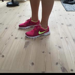 Nike dame fitness sko str 38 brugt få gange De er i meget flot stand Indvendig mål 24 cm