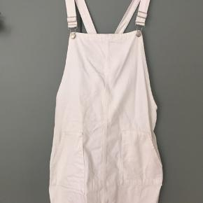 Hvid denim smækkjole fra Topshop i str. UK 12/EU 40 (bruger normalt str 38). Kun været brugt få gange og fremstår ny!