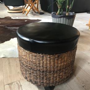 Små taburetter med hjul og låg. Kan bruges til opbevaring. Virkelig fine. 100 kr. for begge to. Befinder sig mellem Hobro og Mariager