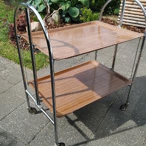 Tysk serveringsbord anvendt i 70ernes jernbaner. Kan anvendes som barbord, serveringsbord eller bakkebord. Kan foldes helt eller delvist, meget robust, god stand og den helt rigtige patina
