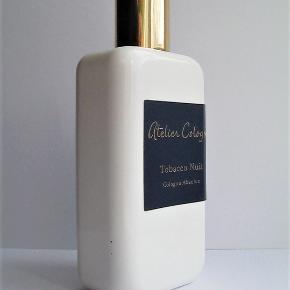 "Herreparfume, Ny ""Tobacco Nuit"" parfume, Atelier Cologne  Ny ""Tobacco Nuit"" fra Atelier Cologne 100ml, kun testet så mindst 99ml fuld. Perfekt stand.  FANTASTISK"" balsamic, smoky, amber, fresh spicy, aromatic, woody"" parfume.  Købspris 1450kr."