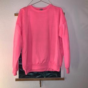 Neonpink sweatshirt i oversize brugt et par timer så fremstår som helt ny🌸