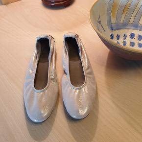 Arche sko . Guldfarvet ,elastisk sommersko ,str. 39 ,Nypris ca. 1200 kr .Sælges for 400 kr. Tlf. 22329369