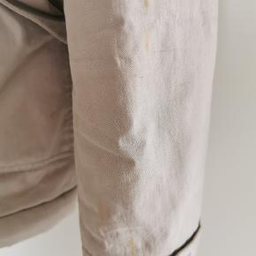 """Vinterjakke fra Samsøe & Samsøe, standen er sat som """"slidt"""" da jakken har tydelige brugsspor, prisen er sat derefter. Den er ikke forsøgt vasket! Misfarvning i det inderste for (ikke noget der ses når jakken er på) og et par pletter på det ene ærme, se billeder. Pris er sat derefter. Ægte pels på kraven."""