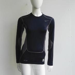 Varetype: Pro Combat kompressionsbluse bluse dri-fit compression kompression sport Størrelse: S Farve: Blå, grå Oprindelig købspris: 600 kr.  Hej og velkommen. Jeg bliver glad, hvis du læser annoncen.  Beskrivelse: Super fed herrebluse i perforeret mønster. Den er i mørkeblå/grå.  I blusen står der: Nike Pro Combat dri-fit, compression Jeg har ikke en herredukke, kun en damemodel.   Størrelse: S (small) Mål:  Længde: 62 Ærme: 61,4 Bryst: 45 x 2 For neden: 42  Materiale:  Body: 84% polyester, 16% elastan Body mesh: 94% polyester, 6% elastan Back inset: 100% polyester   Mærke: Nike Pro Combat Nypris: Nyprisen er estimeret Vægt: 158 gram  Porto: Sendt med DAO: 37 kr. (2019 pris). Pakken kan veje op til et kg for den pris. Hvis der er andet på min profil du ønsker at købe med, koster det ikke ekstra i porto. Mine annoncer er delt op i kategorier, dvs. alle jeans/jakker etc. er samlet ét sted på profilen, så du let kan scrolle.   Andet: Mine annoncer er til salg indtil de er solgt og jeg lukker dem. Dukken jeg bruger er ca. en xs/s. Prisen er fast.   Jeg glæder mig til at handle med dig!  Venligst   Sophie