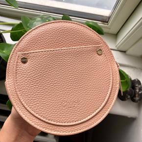 Chloé clutch i pudderfarvet rosa med guld lynlås. Både på lynlås og foran er der indgraveret Chloé logo 🦢  Byd gerne kan både afhentes i Århus C og sendes på købers regning 📮✉️