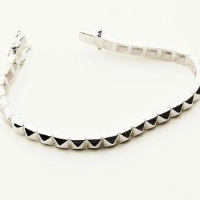 Malene Juhl Jørgensens Stud armbånd udformet i højpoleret sølv  Dette er et must have 😀