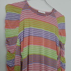 Smuk bluse sælges. I 92% viskose og 8% elastan
