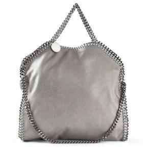 Sælger denne skønne Stella McCartney (Falabella shagder tote) taske da jeg ikke får den brugt Den er kun gået med få gange, og alt medfølger til tasken (kvittering, pose osv.) Ny pris: 6000kr BYD 💕