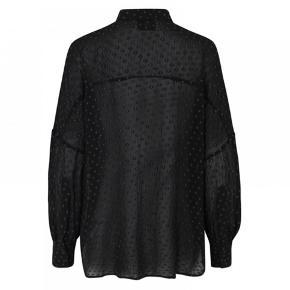 Helt ny med prismærker. Den er i butikkerne nu. Skøn sort skjorte fra Munthe model Hamlet. Skjorten har lange ærmer med vidde, lille krave og knaplukning foran. Feminin skjorte med en løs pasform, som også kan styles under en strik.  Str. 40 - svarer til L / XL  Kvalitet: 60% viscose, 30% bomuld, 10% metal tråd  Tags: bluse top black oversize
