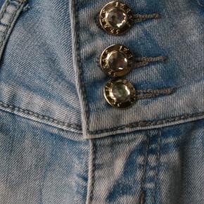 *Send mig en besked, hvis du ønsker at købe flere varer, så laver jeg én samlet handel, så du sparer porto*.  Mærket er Seyoo Jeans.  Livvidde ca. 2x36  Jeg tager desværre ikke billeder med tøjet på.