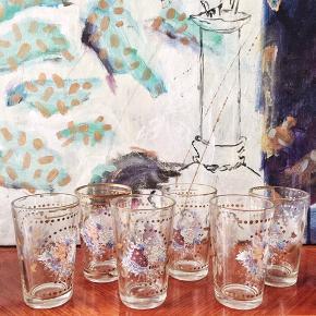 Herlige gamle glas med håndedekoreret guld og overføring🌸🌼 Der er 6 stk. Højden er 10cm. Samlet for de 6: 80,-/stk 30,-. #vintageglas #drikkeglas #retroglas