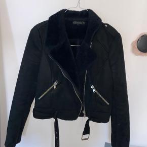 Fin jakke fra zara med sådan plysagtigt stof inden i. Mp. 100kr  Byd gerne