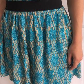 Smuk Ganni nederdel med elastik i taljen. Kan også passes af en str. M