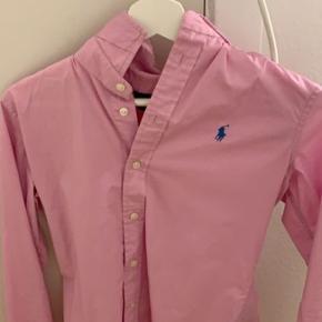 Sælger disse to Ralph Lauren skjorter, i lyserød og hvid. De er brugt to par gange til events.   Nypris var: 1600 kr hver. Mp: 450 kr. BYD gerne eller for mere information, jeg er åben for alt!