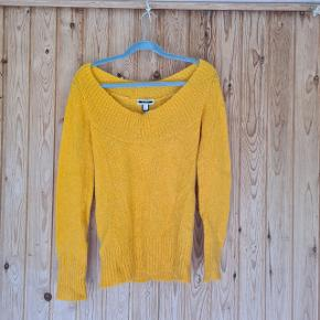 Lækker, mørkegul/karrygul sweater - perfekt til efterår og vinter. Passer 40/42 Et stilsikkert #trendsalesfund til en rigtigt god pris