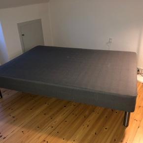 Sælger denne IKEA seng i målene: 140x200 Den har et minamt hul på siden - billede af dette ses. (Stålben og topmadras medfølger)  BYD!!!👏🏻👏🏻