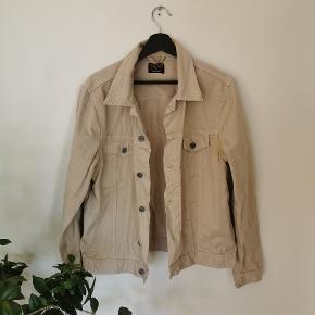 Denim jakke fra  Jean Shop. Jakken er kun gået med få gange, hvorfor den ikke fremstår med væsentlige brugstegn.