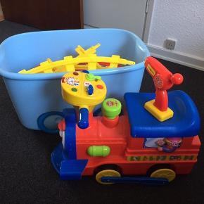 Play2learn futtog inkl skinner og fjernbetjening. Kan køre på og uden togskinner Fungere upåklageligt Byd