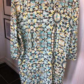 Skøn kimono i friske farver med lommer og en enkelt knap.