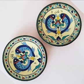 Håndmalede Tunesiske fiske tallerkener i keramik. Måler 18 cm I diameter og er i meget fin stand uden spor af brug. Prisen er for begge.