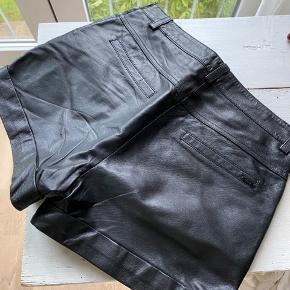 Skønne lædershorts med for fra Pulz. Lukkes med lynlås i siden og har to stiklommer. Passer som en str 38.  brugt få gange, som nye