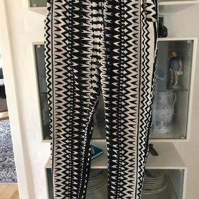 Varetype: Bukser Farve: Sort Oprindelig købspris: 259 kr.  Behagelige bukser  livviddec2 x 44 plus elastik benllngde fra skridt 73 cm