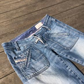 Fede jeans med vidde i benene, men stramme ved bagdelen. Str. 25 l. 32, passer en str. xs.