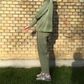Sælger disse flotte grønne (chinos) bukser fra weekday.  De er næsten ikke brugt og har derfor ingen tegn på slid.  Størrelse xs (passes også af en s) Np: 400 Byd!