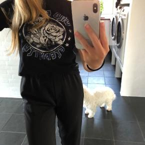 Sælger min fine t-shirt fra Vero Moda, det er en str xs og kan bruges til mange fine ting. Np: kan ikke huske Mp: 50kr