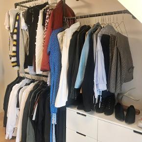 Skønt specialdesignet tøjstativ fra Rackbuddy sælges. Jeg tegnede dette tøjstativ til vores lejlighed med skråvægge, da jeg havde svært ved at finde en fed løsning til vores tøj - nu skal vi flytte, og er derfor nødt til at skille os af med stativet. Vi håber, det kan skabe glæde i et nyt hjem :-)  Jeg har tegnet tøjstativet således, at der under den ene stang er plads til enten en kommode eller til de lange kjoler/jakkesæt. Det kan selvfølgelig sagtens bruges i rum uden skråvægge :-)  Totalbredde 175cm. Højde: 210 cm. Dybde: 30 cm  OBS: Skal afhentes ml. 9-10. november.