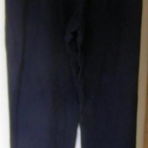 #30dayssellout Brand: Humanoid - NEDSAT Varetype: mørkeblå blød buks fra Humanoid - str. S Farve: mørkeblå Oprindelig købspris: 1599 kr  Lækker blød buks - har været på en enkelt gang - sælges NU   for  150 kr- der er sidelommer og en enkelt lomme bag