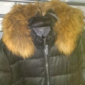 Den fejler ingen ting mærke er Etage og str står i np 2800 ægte pels  Str er 46