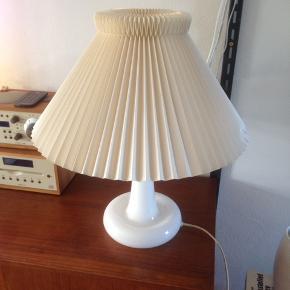 Royal Copenhagen Fleur bordlampe med Le Klint skærm i perfekt stand, dog er der lidt brugsspor på skærmen.  Kan sendes med gls for 80 kr.
