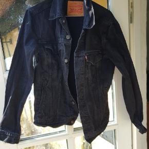 Fed Levi's Denim jakke. Brugt 1 sæson og vasket et par gange. Nypris 1.000