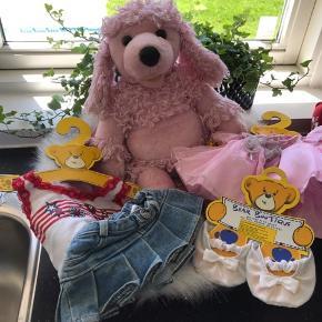 BYD En masse Build a Bear legetøj. Der er en bamse, lyserød kurv, taske, solstol, klapvogn samt en masse tøj.  Skriv til mig privat for nærmere billeder eller hvis man er intra i enkelte dele