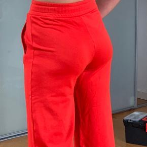 Sælger mine røde bukser fra Malene Birger. Rigtig lækkert materiale og meget behagelige at have på. De er syet omme bagi (meget svært at de når man har dem på). Er 169 høj  Jeg sælger dem meget billigt ift. np var 1300🧡🧡❤️🧡❤️🧡❤️🧡❤️❤️❤️❤️
