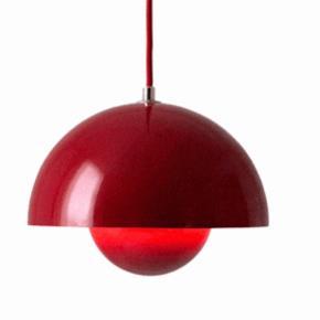 Flot postkasse rød flower pot designet af Verner panton.  Diameter 23 cm.  Rød ledning.  Nypris 1599. Lampen har ingen fejl eller mangler