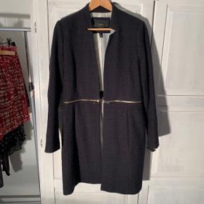 Mango jakke Sort Kan være både lang og kort Str L 55% acryl 25% polyester 20% uld