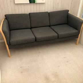 Grå meleret 3pers sofa. Mørke kendes ikke desværre.