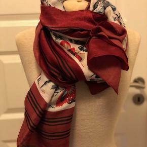 Super flot tørklæde i lækkert materiale og med super flot mønster. Tørklædet måler ca. 90 x 180 cm. og er i farverne bordeaux, rød, blå, off-white mm.  Byd :-)